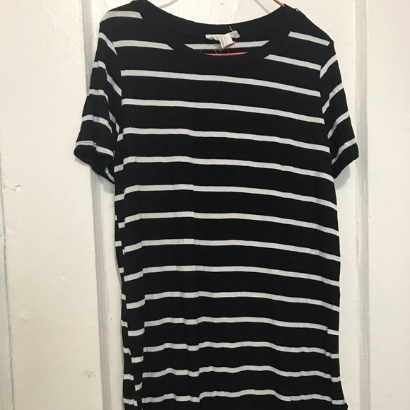 Forever 21 Tops - Black and white tee shirt